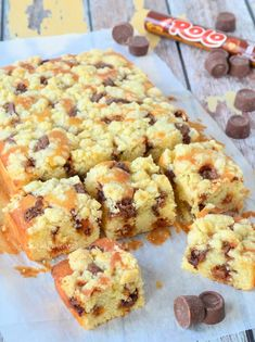 Rolo crumble cake (of snickers) Baking Recipes, Cake Recipes, Dessert Recipes, Delicious Desserts, Yummy Food, Sweet Pie, Happy Foods, No Bake Cake, Love Food