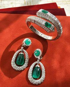 Diamonds and emeralds are a perfect pair as a fabulous jewelry Modern Jewelry, Luxury Jewelry, Fine Jewelry, Jewelry Sets, Swarovski Bracelet, Crystal Bracelets, Diamond Bracelets, Diamond Rings, Emerald Jewelry