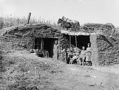 Family photo, Dugout on the South Loup River, near Virge Allen Homestead, Custer County, Nebraska. Looks like a sod house to me. History Photos, Us History, American History, Canadian History, Pioneer Day, Pioneer Life, Tommy Lee Jones, Old Pictures, Old Photos