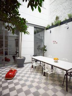 patio: piso y macetas arriba