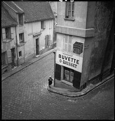 Marcel Bovis Buvette O-Brisset, Paris 1934 Robert Doisneau, Black And White City, Black And White Pictures, City Photography, Vintage Photography, Classic Photography, Inspiring Photography, Photography Ideas, Marcel