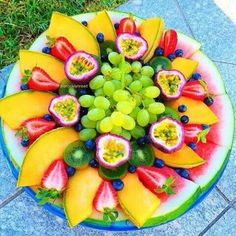 Fruit Platter with strawberries, blueberries, kiwis, green grapes, watermelon and cantaloupe Healthy Snacks, Healthy Eating, Healthy Recipes, Healthy Detox, Healthy Options, Green Grapes, Fresh Fruits And Vegetables, Watermelon, Strawberry Kiwi