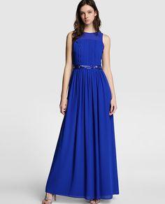 Vestido largo en color azul, con detalle de ondas y cinturón de strass. Sin mangas, con escote redondo y forro a tono.