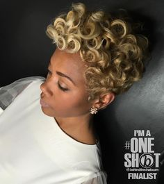 How to style the Pixie cut? Despite what we think of short cuts , it is possible to play with his hair and to style his Pixie cut as he pleases. Hair Colorful, Coiffure Hair, Curly Hair Styles, Natural Hair Styles, Natural Curls, Tapered Haircut, Pelo Afro, Short Hair Wigs, Curly Wigs