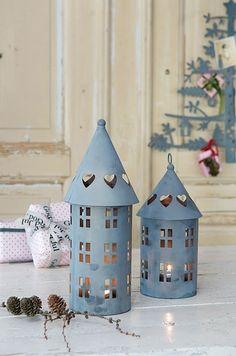 En la decoración de estilo escandinavo vemos en muchas ocasiones el zinc como material para accesorios. Las casitas de zinc son muy utilizadas para decorar en Navidad, pero en muchas ocasiones perm…