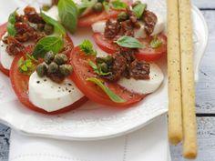Tomaten mit Mozzarella, Kapern und Basilikum ist ein Rezept mit frischen Zutaten aus der Kategorie Fruchtgemüse. Probieren Sie dieses und weitere Rezepte von EAT SMARTER!