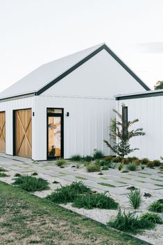 White barn in Australia with landscaped front garden by Kathleen Murphy Landscapes. White barn in Australia with landscaped front garden by Kathleen Murphy Landscapes. Barn House Design, Modern Barn House, Modern Garage, Shed Homes, Cabin Homes, Log Homes, White Barn, White White, Australian Homes