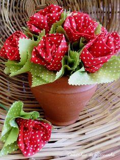 Kit contendo 6 flores de tecido :::::Medida aproximada Com a haste 27cm Flor c/ folha aprox. 8 cm de diametro e 6 cm de altura ::::IMPORTANTE Vaso de cerâmica apenas ilustrativo para foto de como decorar. Para montar este arranjo foram utilizados 2 kits. ::::CORES Informe sua preferência se serão multicoloridas ou de uma única cor R$18,00 Burlap Flowers, Diy Flowers, Fabric Flowers, Valentine Crafts, Easter Crafts, Crafts For Teens, Diy And Crafts, Diy Paso A Paso, Painted Clay Pots
