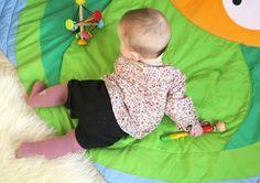 Motricité-libre-bébé-sur-le-ventre-début-de-ramper