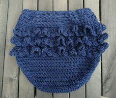 Flæser på numsen er virkelig noget af det sødeste til små pigebørn. Det er feminint og giver lidt samme effekt som et lille skørt. Flæsebloomers er en skøn beklædningsdel, både som shorts om … Crochet Baby Bloomers, Crochet Baby Clothes, Crochet For Kids, Knit Crochet, Crochet Hats, Magic Circle Crochet, November Baby, Baby Pants, Baby Cardigan