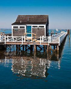 This shot of a charming wharf cottage on Nantucket Beach Cottage Decor, Coastal Cottage, Coastal Living, Cape Cod Collegiate, Les Hamptons, Nantucket Island, Nantucket Style, Coastal Style, Cap Ferret