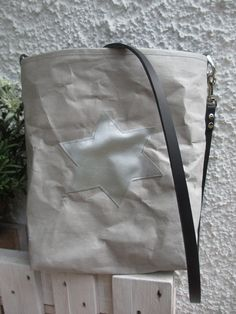 Snappap Tasche mit Origamiecken, die bringen Tiefe und sparen Nähte. Applikation und Innentasche sind aus Kunstleder schnell gemacht.