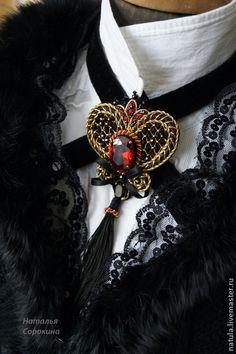 Брошь-бархотка с цирконом и старинным золотом. Брошь-бархотка  выполнена на великолепном итальянском бархате на хлопковой основе в технике золотного шитья. Можно носить на шее с бархатной лентой, либо отдельно как брошь.  В центре кабошон  ювелирного гранёного… Bead Embroidery Jewelry, Beaded Jewelry Patterns, Soutache Jewelry, Beaded Embroidery, Brooches Handmade, Vintage Brooches, Handmade Jewelry, Brooch Corsage, Gold Work