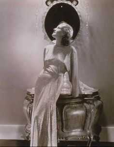Norma Shearer - Photo by Edward Steichen 01 - via All Art org website - Old Hollywood Glamour Vanity Old Hollywood Glamour, Vintage Glamour, Vintage Hollywood, Golden Age Of Hollywood, Vintage Beauty, Vintage Fashion, 1930s Fashion, Classic Hollywood, Hollywood Stars