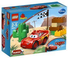 Zygzak McQueen ćwiczy poślizg na pustynnym torze tuż obok Chłodnicy Górskiej. Naprawdę chce wygrać wyścig o Złoty Tłok!     Dostępny w sklepie Klocki24.com zestaw Lego 5813 zawiera nowy samochód wyścigowy Zygzak McQueen, kaktus, flagę w szachownicę i klocki DUPLO.