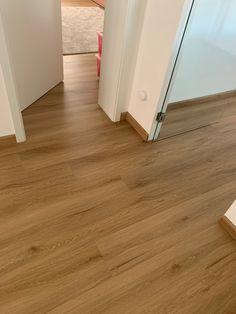 Ukázka realizace pokládky vinylové podlahy BUKOMA PREMIUM CLICK XL Dub Bunbury. Celé patro položeno v jedné ploše bez přechodových lišt. Hardwood Floors, Flooring, Texture, Wood Floor Tiles, Surface Finish, Wood Flooring, Floor, Pattern