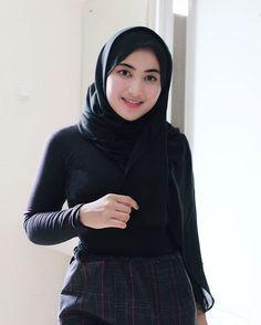 """SALMA SALSHA ✨ di Instagram """"Kamu mengingatkanku pada uang receh gopean, bermuka dua dan ga terlalu berharga 😅"""" Hijab Teen, Girl Hijab, Beautiful Muslim Women, Beautiful Hijab, Hijab Collection, My Beauty, Hijab Fashion, Turtle Neck, Celebrities"""