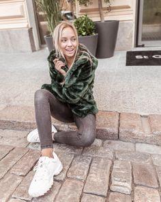 Viimeksi fiilistelin mustia talvitakkeja, mutta välillä on kiva myös käyttää värejä! 💚🧡 Jos ihastuit esim tähän smaragdinvihreään… My Photos, Bomber Jacket, Jackets, Instagram, Fashion, Down Jackets, Moda, La Mode, Bomber Jackets