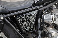 平和モーターサイクル - HEIWA MOTORCYCLE - | W400 002 (KAWASAKI) not exactly pinstriping but still cool art