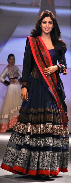 shilpa shetty wearing navy blue designer anarkali with red border, white and gold embroidery. #shilpashetty #designeranarkali #anarkali #blueanarkali