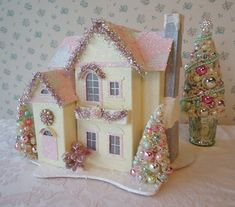 Shabby Christmas House w Bottle Brush Christmas Village Houses, Christmas Town, Putz Houses, Christmas Minis, Christmas Villages, Retro Christmas, Christmas Glitter, Mini Houses, Victorian Christmas