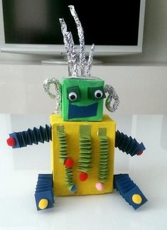 robot projects for kids von Oma Art Games For Kids, Robots For Kids, Kids Art Class, Recycled Robot, Recycled Crafts, School Projects, Projects For Kids, Robotics Projects, Summer Camps For Kids