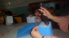 Reutilizando potes de sorvete para coleta seletiva em sala de aula. Fizemos com as seis cores básicas.