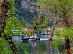 İstanbul'un Ağva'sı varsa, Muğla'nın da Dalyan'ı var... Muğla'nın Ortaca ilçesine bağlı olan, caretta carettalarla ünlü İztuzu Plajı ve kaya mezarları ile bilinen bir tatil beldesi Dalyan. Tarihi 3000 yıl öncesine kadar uzanan Dalyan'da görülmeye değer pek çok yer var. Devamı...  www.kucukoteller.com.tr/dalyan-otelleri.html
