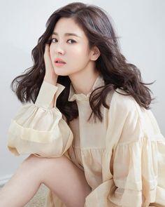 Song Hye Kyo is all GLorious Legs and Hair in New Bazaar Shoe CF Pictorial Korean Beauty, Asian Beauty, Nigerian Braids Hairstyles, Song Hye Kyo Style, Song Hye Kyo Hair, Song Joong Ki, Beauty Shots, Korean Actresses, Dark Hair