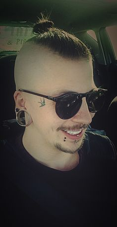 Body Piercer, Belgium, 1991, undercut, disconnected undercut, topknot, tattoo, facial tattoo, 32mm, 8mm, labret, vertical labret, septum, medusa, boys with tattoos, boys with piercings, piercings, men with tattoos, man, guy, beard, moustache