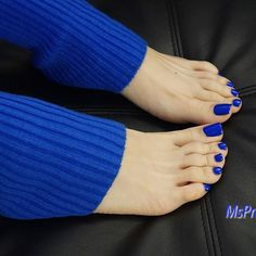 Leg warmers #feet #pedicure #bluetoes #prettytoes #legwarmers #prettyfeet #latinafeet