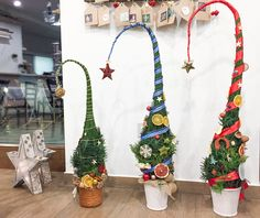How to make a Grinch tree- in Hungarian Grinch Trees, Grinch Christmas Tree, Grinch Christmas Decorations, Christmas Planters, Whimsical Christmas, Christmas Porch, Christmas Countdown, Xmas Tree, Christmas Art