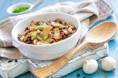 Pulite, lavate e tagliate i funghi in piccoli pezzi. Tritate finemente l'aglio e il prezzemolo e rosolateli per qualche secondo in un tegame con l'olio. Aggiungete i funghi e un pizzico di sale, las...