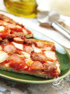 La Pizza con wurstel e salsiccia è, senza dubbio, una delle versioni più appetitose di questa preparazione tipicamente italiana. Irresistibile! pizzawurstelesalsiccia #pizzawurstel
