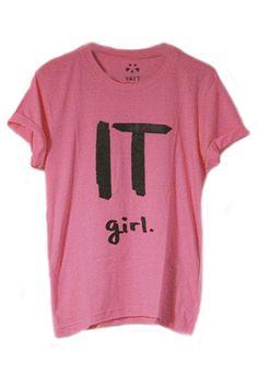 Si quieres ser la nueva Olivia Palermo o Alexa Chung lo tienes fácil. Con esta camiseta it girl rosa chicle, el mensaje queda claro.