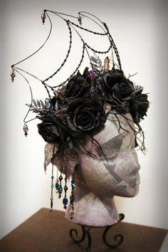 Mäßigkeit wusste, dass für jedes bisschen Sonnenschein und Blumen, die ihr begrüßte, eine weitere war Seite zur Natur... eine dunkle Seite. Der dunkle Kristall: Eine Krone fit für ein Dunkelelf oder einer königlichen Kreatur der Nacht. Draht-Web, Hand Perlen, Hand gebildet, fegt groß