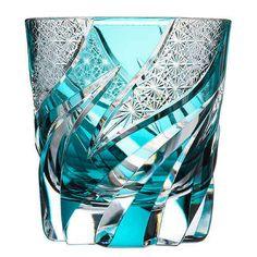 【haku硝子】homura 焔の商品詳細ページです。炎が踊る様子をとらえ、斜めにグニャリとしたカットを施しています。ウィスキーや焼酎を楽しみたいグラスです。 Art Of Glass, Glass Artwork, Cut Glass, Clear Glass, Japanese Design, Japanese Art, Verde Tiffany, Crystal Glassware, Waterford Crystal