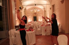 Tuta nera #sinequanone comoda anche per lanciare il #bouquet della sposa