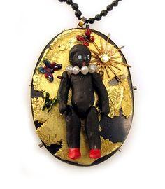 Serena Holm. Pendant: Lilla Asmodeus. Porcelain doll, gold, bull antler, silver, lacquer, part of a clockwork, diamond, sapphire, titan, onyx puss o kram. 4 x 3,5 x 1 cm. Photo: Rickard Rudhager.