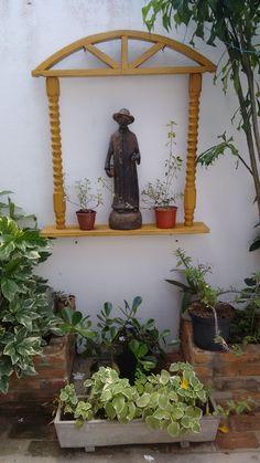 Oratório para jardim. Material reciclado: antiga cama e janela de demolição