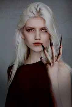 """""""Com os cabelos brancos como a lua, pele de alabastro e olhos de ouro queimado, Manon ouvira de homens condenados que parecia uma rainha feérica. Mas o que aqueles homens percebiam tarde demais era que a beleza não passava de uma arma em seu arsenal natural."""" - Herdeira do Fogo"""