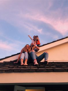 VSCO Best Friends Funny Cute Photo Ideas California Sunset Summer Vibe Inspo House Roof Cool Picture aesthetic outfit for school Photos Bff, Friend Photos, Cute Photos, Bff Pics, Best Friends Funny, Cute Friends, Summer Pictures, Cool Pictures, Family Pictures