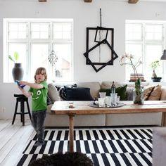 Snygg dekoration med ramarna. MAKE-LIVING: Carpet IKEA Stockholm and nomination