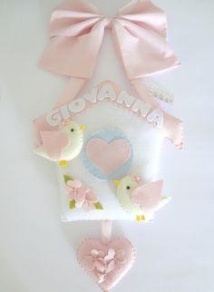Lindo enfeite para porta de maternidade confeccionado em tecido, feltro e enchimento antialérgico. Detalhes com aplicação de pequenas pérolas.    Dimensões aproximadas: 62cm de altura (do laço até o coração), 32cm de comprimento e 4cm de largura. Felt Crafts Diy, Crafts To Make, Sewing Crafts, Felt Name Banner, Felt Wreath, Felt Baby, Felt Decorations, Fabric Birds, Felt Patterns