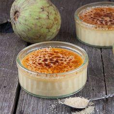 Ingrediente pentru 4 portii: 350ml friscă lichidă (30% grăsime), 4 gălbenusuri, un praf de sare, 100g zahăr, ½ baton vanilie, 4 linguri zahăr brun Modalitate de preparare Intr-o tavă adancă se asează 4 recipiente nu prea inalte (exista speciale pentru crème brûlée). Păstaia de vanilie se taie in jumătate, pe lungime, se răzuiesc semintele. Frisca lichidă si păstaia de vanilie se pun intr-o oală la foc mediu si se lasă pană este aproape să atingă punctul de fierbere. Se ia oala de pe foc…
