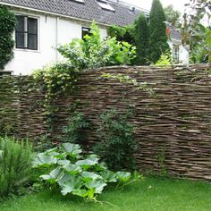 Natuurlijke tuinafscheiding. Woven branch fence a la Romania. Not for our house at this time, but lovely.