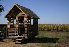 How To Build a Tiny Pallet House ReadyMade . What a great playhouse, garden retreat or shed. Pallet Playhouse, Pallet Shed, Pallet Crates, Pallet House, Pallet Racking, Cabana, Pallet Kids, Pallet Building, Building Plans