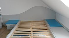 Zajímavým nápadem je dřevěný obklad stěny oblého tvaru, který rozbíjí jinak příliš lineární rysy pokojů a zároveň supluje i funkci čela postele.