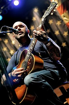 Aaron Lewis of Staind.