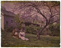 vintage everyday: 1910s While Levi Hill supposedly invented color photography in the 1850s, it was the Lumiere brothers who devised the first commercially viable photographic process. Here's a collection of interesting color photographs in the early 20th century.